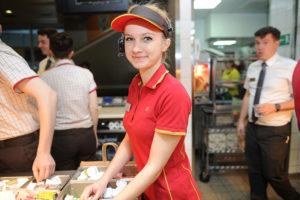 Какая зарплата у работников Макдональдса в 2021 году