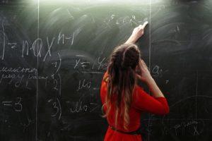 Какая зарплата у преподавателя ВУЗа