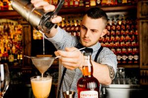 Средняя зарплата бармена в России и других странах