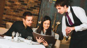 Какая средняя зарплата у официанта в США в разных городах